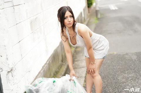 朝ゴミ出しする近所の遊び好き隣のノーブラ奥さん 神崎るみ