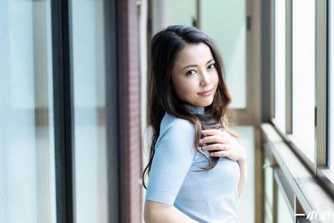 まんチラの誘惑 〜魔性のスレンダー美熟女〜  広瀬奈津美