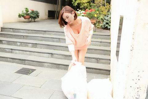 朝ゴミ出しする近所の遊び好きノーブラ奥さん HITOMI
