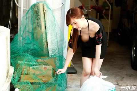 朝ゴミ出しする近所の遊び好きノーブラ奥さん すみれ美香