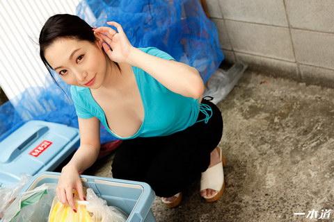 朝ゴミ出しする近所の遊び好きノーブラ奥さん 吉岡蓮美