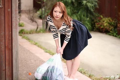 朝ゴミ出しする近所の遊び好きノーブラ奥さん 朝比奈菜々子