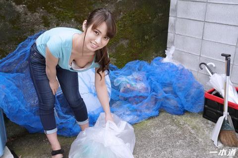 朝ゴミ出しする近所の遊び好き隣のノーブラ奥さん 速美もな