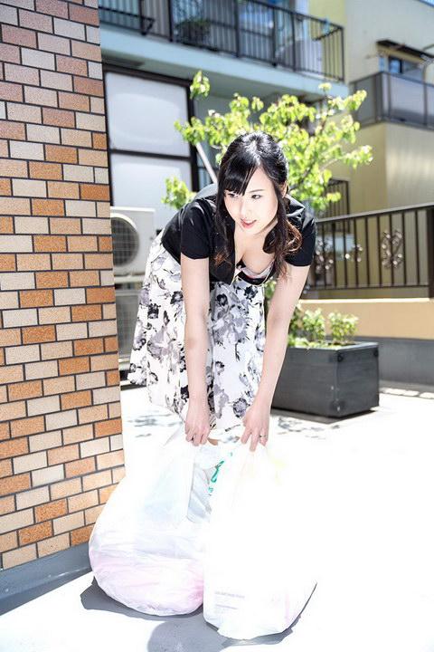 朝ゴミ出しする近所の遊び好き隣のノーブラ奥さん 上野真奈美