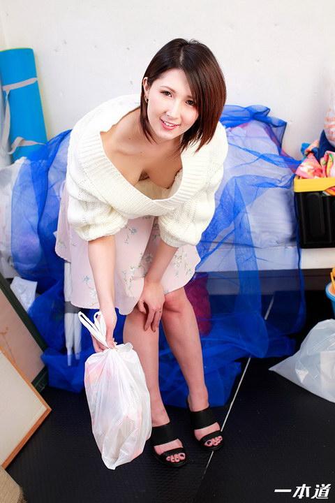 朝ゴミ出しする近所の遊び好きノーブラ奥さん 明日香クレア