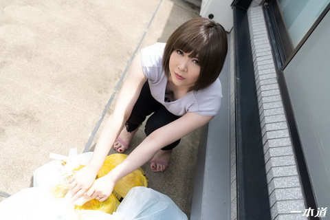 朝ゴミ出しする近所の遊び好きノーブラ奥さん 海咲なみ