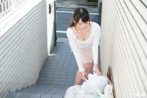 朝ゴミ出しする近所の遊び好きノーブラ奥さん 奥村沙織