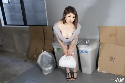 朝ゴミ出しする近所の遊び好き隣のノーブラ奥さん 月白詩葉