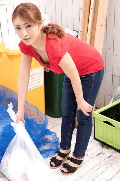 朝ゴミ出しする近所の遊び好きノーブラ奥さん 工藤れいか
