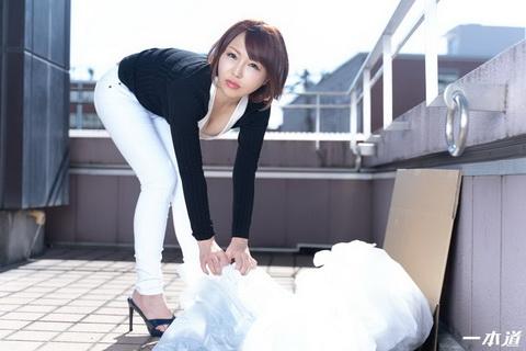 朝ゴミ出しする近所の遊び好き隣のノーブラ奥さん 双葉みお